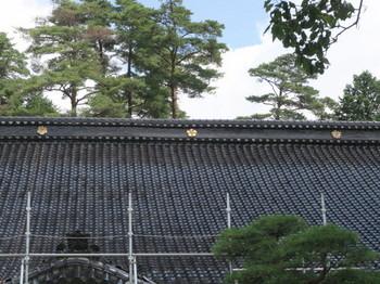 常泉寺の屋根には三つの家紋が