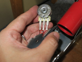 洗浄したボリウムをペダルに組み付ける