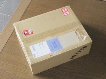自宅に届いたパソコンの箱