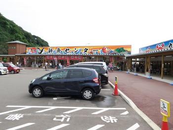 鮮魚センターへ行って岩牡蠣を買う