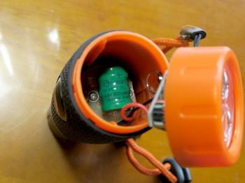 内部の電池は3.6V40mAのNi-MHボタン型充電池