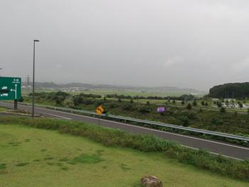 遠州森町PAの西方向は雨で霞んでいた