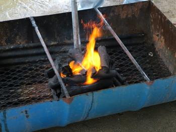 用意された炭の量では、バーベキュー用には少々火力不足