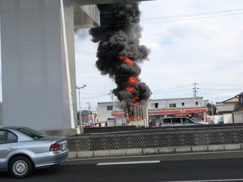 9月27日正午、国道22沿いのコンビニ駐車場で古いトラックが炎上