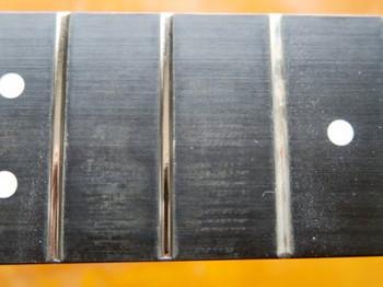 フレットを磨く前(右)と磨いた後(左)