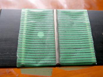 養生テープで指板を保護する