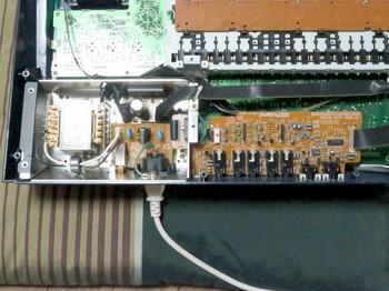 音声出力基板の隣に電源回路がある