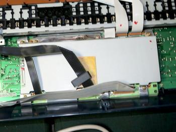 電池の場所は金属板で覆われている基板の中