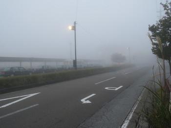 軽井沢駅は霧で見えない