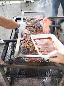肉を焼き続ける