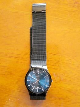 途中電池切れで止まってしまったSKAGENの腕時計