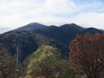 北側の山は雪が降っているような感じ