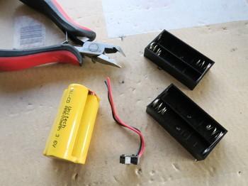 コネクタを古い充電池から切り離す