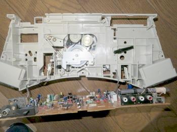 基板の部品面にはAMラジオ用バーアンテナなどが載っている