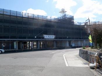 前回と同じく足場が組まれたままの富吉駅北口
