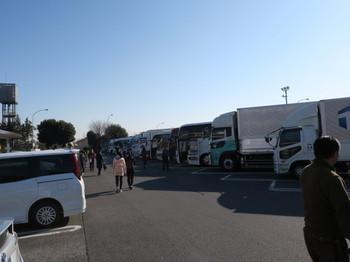 石川PAの駐車場は観光バスが多い