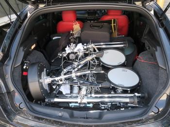 電子ドラムを分解して車に積み込んだところ
