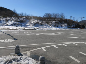 日陰に雪が残る