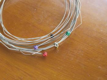 ダダリオは弦毎にボールエンドの色が違う