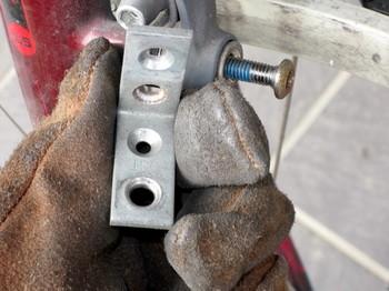 発電部の取り付け位置を下げる為にL字型汎用金具のネジ穴を拡げて付け替える
