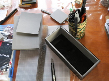 菓子の入っていた箱を筆入れにするところ