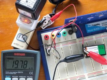 仮組の回路で充電電流を測定しているところ