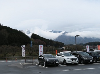 道の駅から見える山にはまだ雪がある
