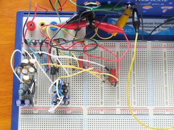 ブレッドボードに組んだLM386アンプ回路