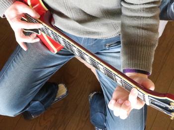 6弦1フレットと16フレットを押さえて弦高を見ているところ