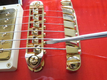 各弦のオクターブ調整をしているところ