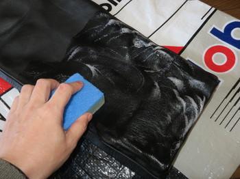 革パンツをサドルソープで洗う