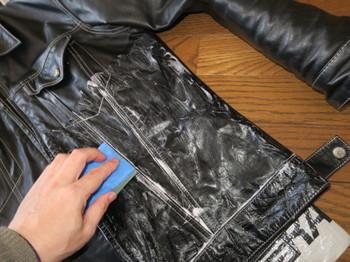 革ジャケットをサドルソープで洗っているところ