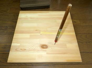 スピーカを載せる底板にキリで穴を開ける