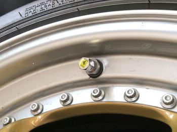 新しいキャップをタイヤにねじ込んだところ