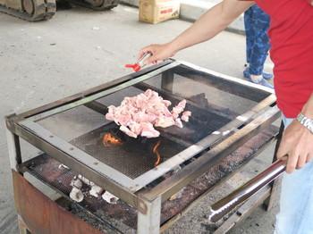 K社長が鶏肉を焼いているところ