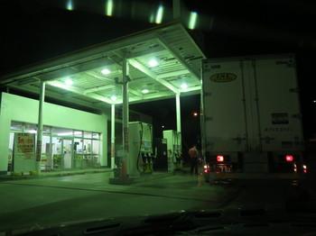 阿智PAで給油スタンドが空くのを待っているところ