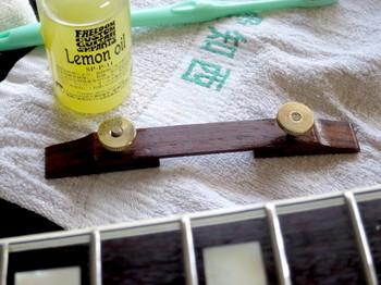 ブリッジの木台にもレモンオイルを塗ったところ