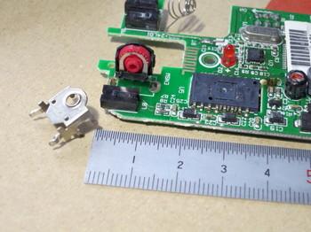 ロータリーエンコーダーの外側の金属板を取り外す