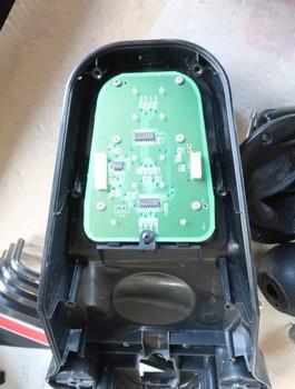 ボタンの裏側にある基板には電解コンデンサは無い