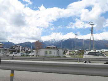 国道153から見る山は未だ白い