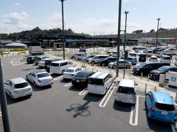 SAの駐車場は満杯で停められない車が続出