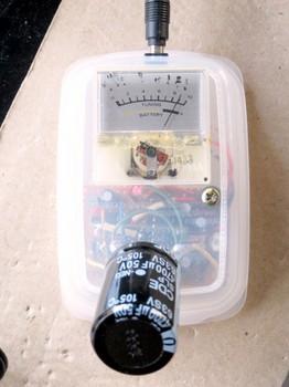 自作簡易ESR測定器で計測中