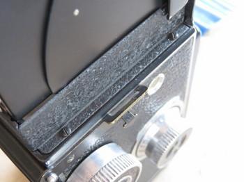 フード右側のネジの位置