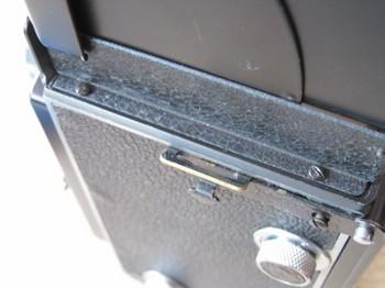 フード左側のネジの位置