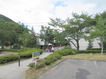 奥の駐車場から見る道の駅