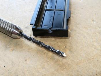 液晶を支える樹脂部品に3mmの穴を開ける