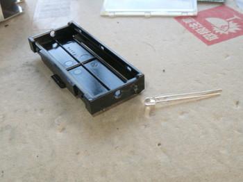 液晶を支える樹脂部品の両側にに3mmの穴を開けたところ