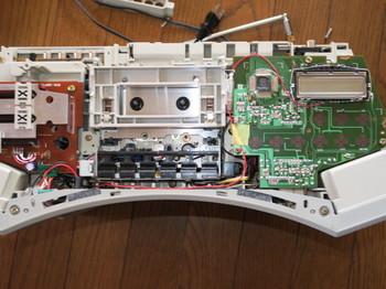 電源配線を粘着力の弱いテープで留めたところ