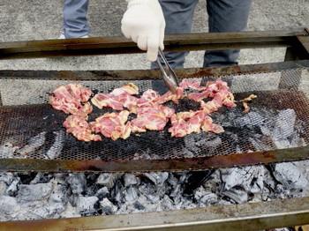 BBQでドンドン肉を焼く